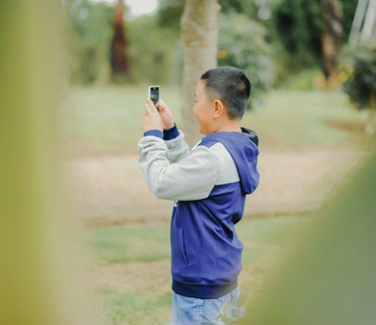 Criança com celular. Foto: Pixabay