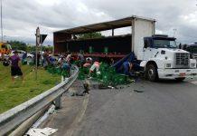 Carga de cerveja foi saqueada. Foto: PRF/Divulgação