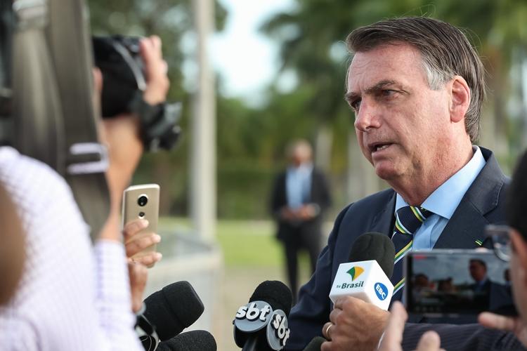 Jair Bolsonaro conversa com imprensa. Foto: Marcos Corrêa/PR