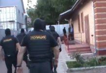 Polícia invadindo um Salão do Reino. Foto: Reprodução