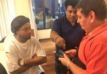 Autoridade paraguaia analisa passaportes de Ronaldinho Gaúcho e do irmão dele, Assis. Foto: Ministério Público Paraguai/ Reprodução