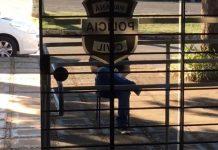 Homem ficou detido do lado de fora de delegacia. Foto: Reprodução/RPC