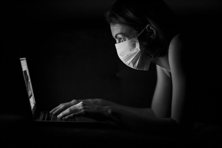 Mulher usa computador durante quarentena. Foto: Pixabay