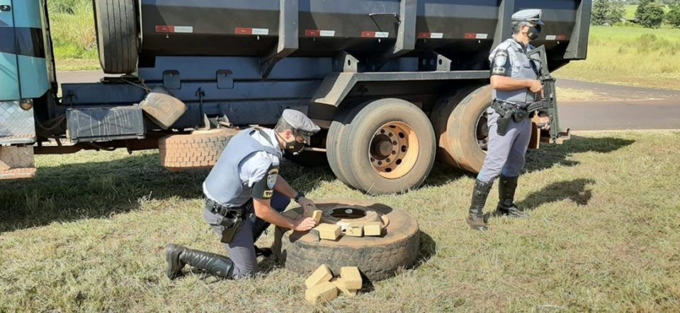 Tabletes de maconha estavam escondidos nos pneus do caminhão. Foto: Polícia Militar Rodoviária/Divulgação