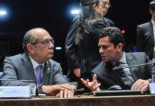 Gilmar Mendes (esq.) conversa com o juiz Sérgio Moro em audiência no Senado, em 2016. Foto: Jane de Araújo/Agência Senado