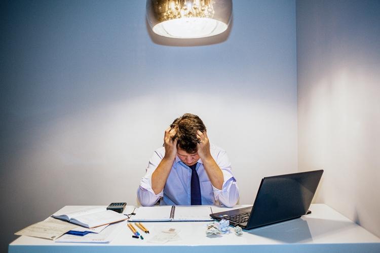 A maioria dos adultos relata estar sob níveis de estresse cada vez mais elevados. Foto: Cortesia das Testemunhas de Jeová