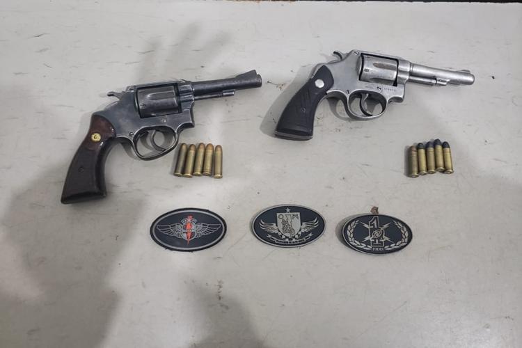 Armas apreendidas que seriam usadas em tribunal do crime. Foto: Osvaldo Duarte /Dourados News/Reprodução