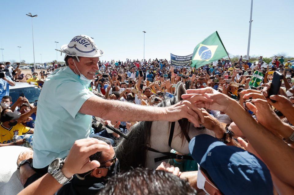 Jair Bolsonaro cumprimenta populares em São Raimundo Nonato, no Piauí. Foto: Alan Santos /PR
