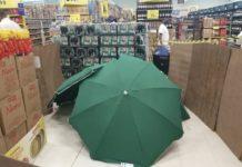 Funcionário morre e tem o corpo coberto por guarda-sóis; supermercado continuou aberto. Foto: Reprodução