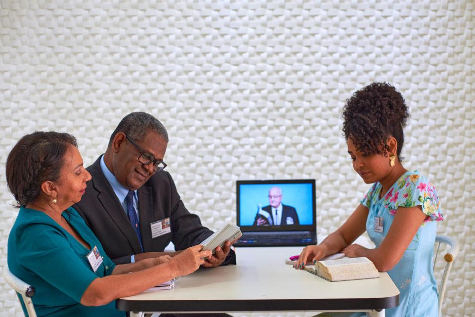 Família assiste ao congresso anual. Foto: Cortesia das Testemunhas de Jeová
