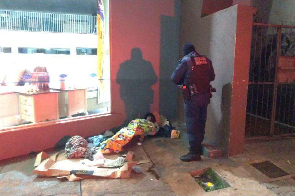 Guarda Municipal acolhe moradores de rua em Dourados. Foto: Divulgação