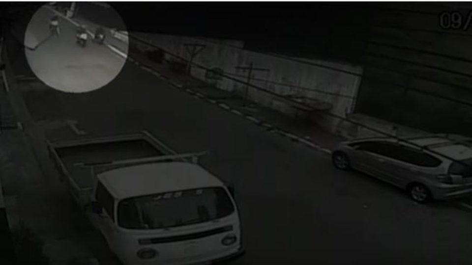 Vídeo mostra rapaz em moto sendo abordado por 2 PMs na Zona Sul de São Paulo. Foto: Reprodução