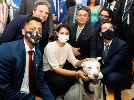 Jair Bolsonaro acompanhado de Michelle Bolsonaro, posam para fotografia com o cão Sansão. Foto: Carolina Antunes/PR