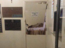 Porta da delegacia foi destruída. Foto: Reprodução