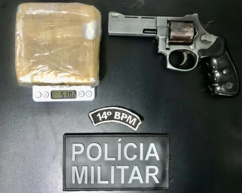 Mulher foi presa com revólver e droga em Deodápolis. Foto: Divulgação