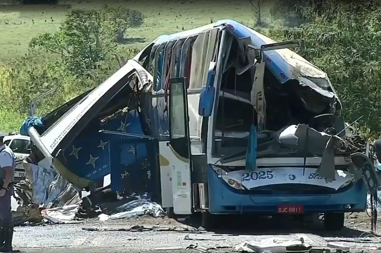 Batida entre ônibus e caminhão deixa dezenas de mortos em rodovia. Foto: Reprodução