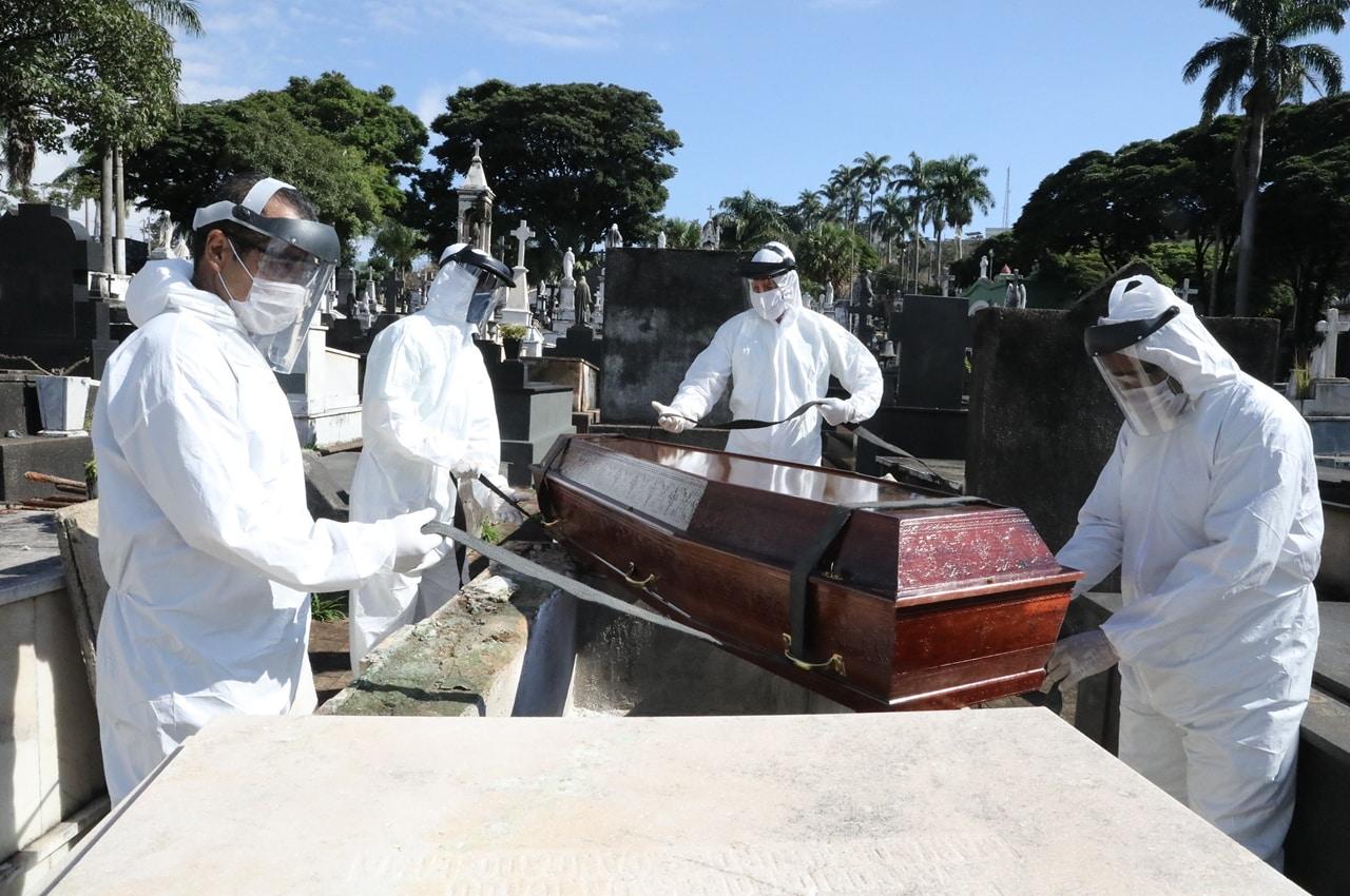 Média móvel bateu recorde pelo 14º dia consecutivo, com 1.573 mortes, em média, por dia. Foto: Adão de Souza/PBH