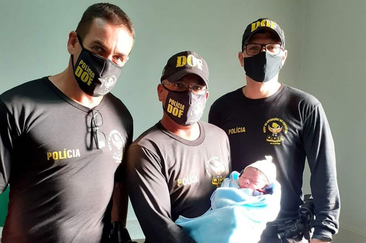 Policiais do DOF realizam parto de emergência. Foto: Divulgação