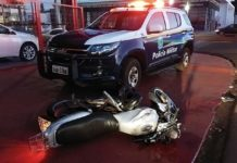 Motociclista morre após ser atingido por veículo que fez conversão proibida. Foto: Dourados News/Reprodução