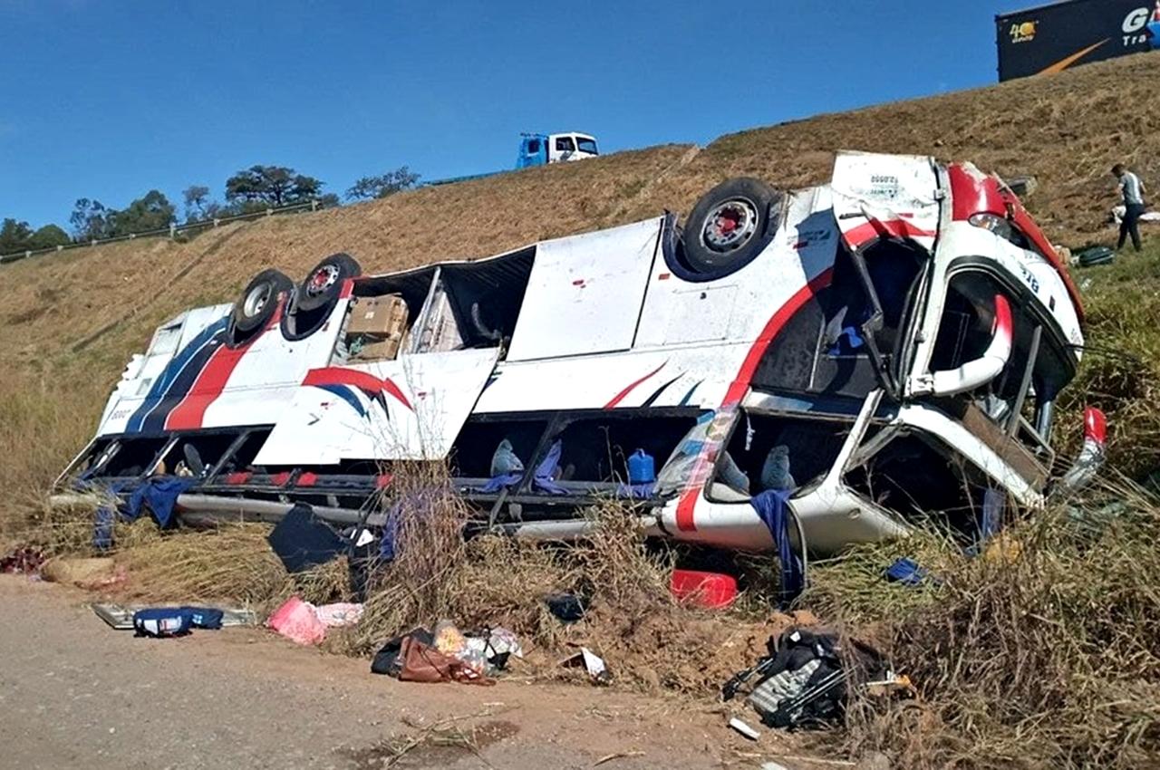 Ônibus de turismo caiu em ribanceira de cerca de 20 metros em Rio Claro (SP). Foto: Polícia Rodoviária/Reprodução