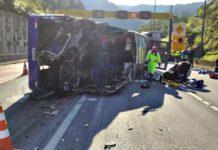 Vídeo mostra momento em que ônibus do Umuarama tombou na BR-376, em Guaratuba. Foto: Reprodução