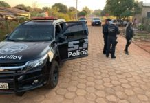 Policiais apreendem drogas durante cumprimento a mandados de busca e apreensão em Fátima do Sul. Foto: Divulgação