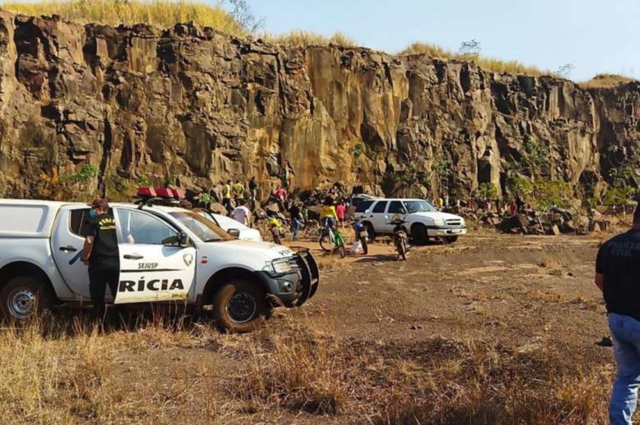 Criança foi jogada de altura de 20 metros em pedreira desativada. Foto: Dourados News/Reprodução