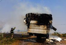 Carreta carrega com plumas de algodão pega fogo na MS-395 em Bataguassu (MS). Foto: Tiago Apolinário/Da Hora Bataguassu/Reprodução