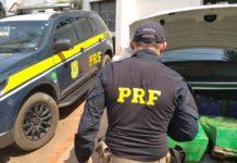 No carro, os policiais encontraram os fardos com maconha. Foto: Divulgação
