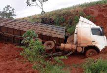 Carreta que transportava bagaço de cana sai da pista na BR-376. Foto: Reprodução