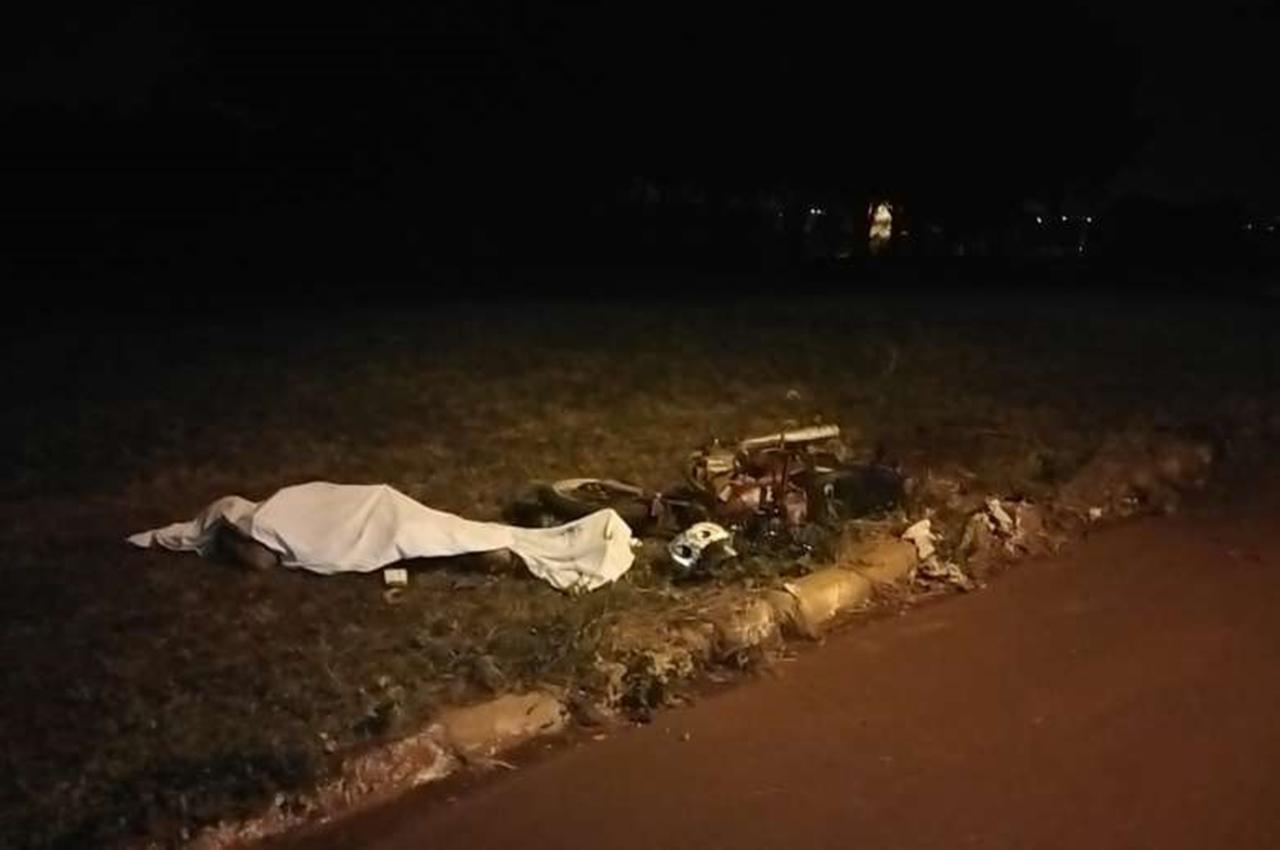 Motociclista morre após perder o controle, bater no meio fio e cair. Foto: Osvaldo Duarte/Dourados News/Reprodução