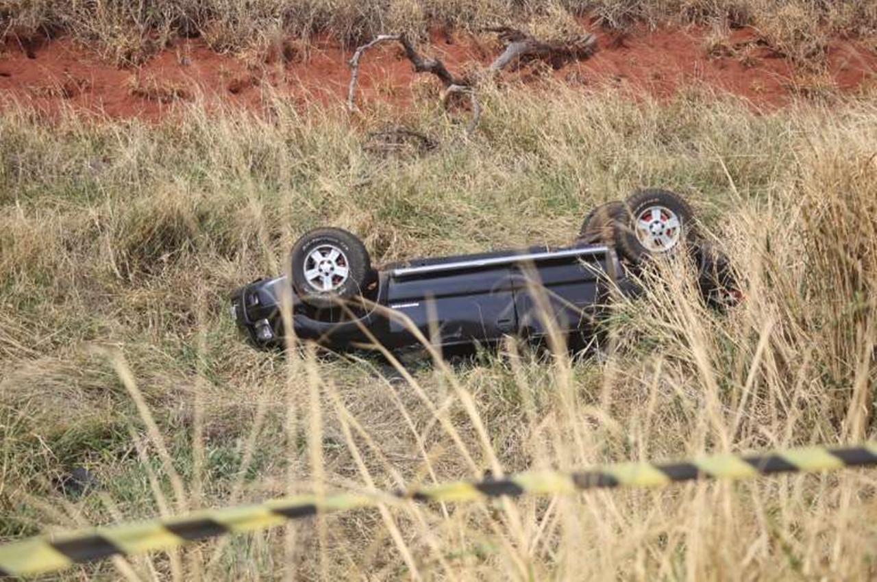 Veículo parou em meio a vegetação e as vítimas. Foto: Paulo Francis/Campo Grande News/Reprodução