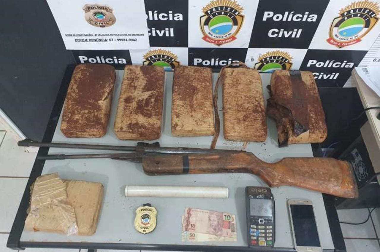 Polícia cumpre mandado de busca e encontra droga enterrada no quintal. Foto: Divulgação