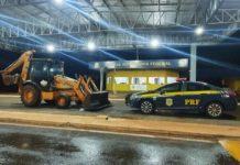Motorista é preso tentando levar retroescavadeira para o Paraguai. Foto: Osvaldo Duarte/Dourados News/Reprodução